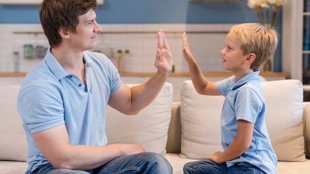 Pai bonito brincando com filho fofo