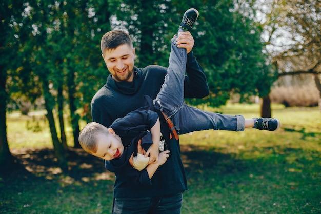 Pai bonito com filho pequeno