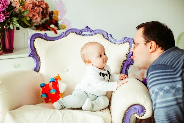 Pai brinca com filho pequeno em um smoking