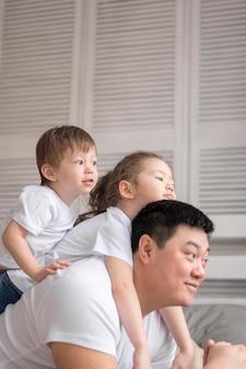 Pai brincando com crianças