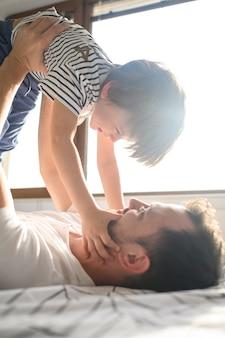Pai brincando com filho sorridente
