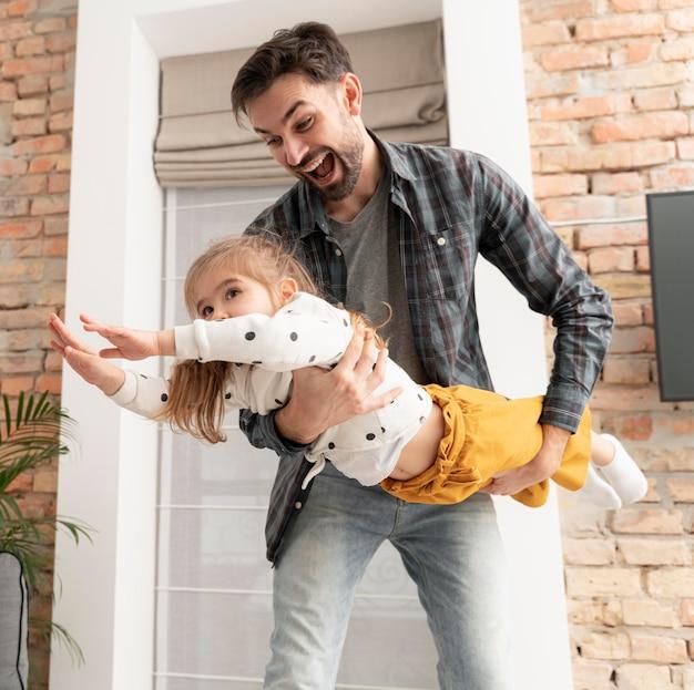 Pai brincando com menina