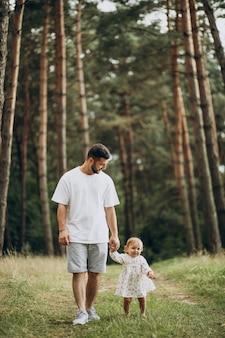 Pai caminhando no parque com sua filha bebê