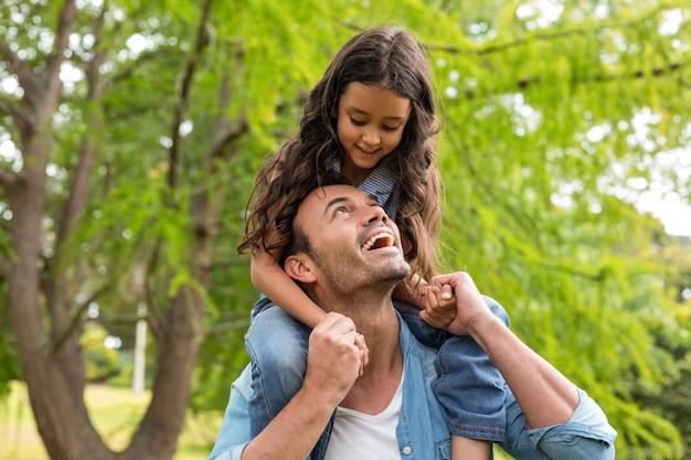 Pai carregando filha nos ombros