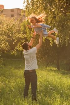 Pai, carregar, seu, filha, cima ar