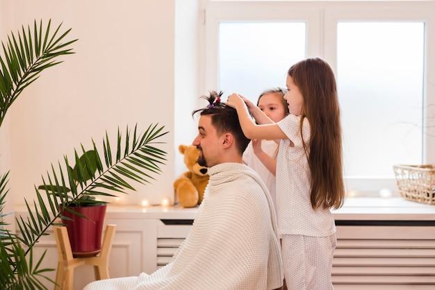 Pai celebra o dia dos pais com filhas