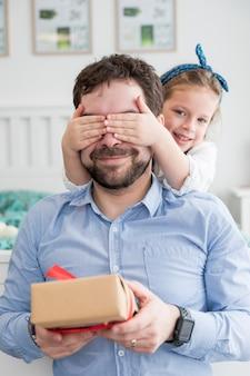 Pai, celebrando, pais, dia, com, seu, filha