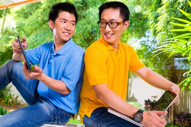 Pai chinês e filho asiático em casa