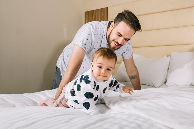 Pai, com, bebê cama