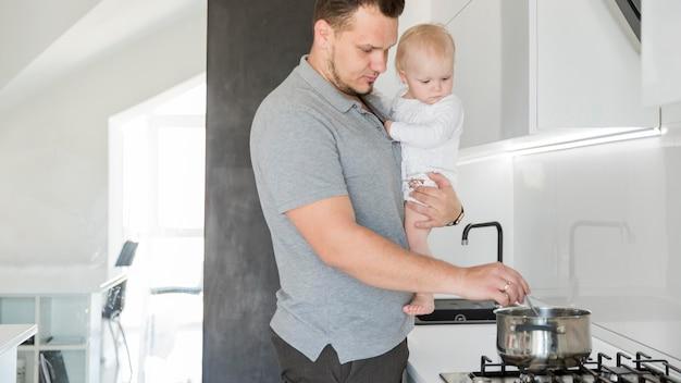 Pai com criança cozinhar
