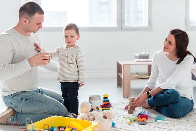 Pai com criança em casa e mãe