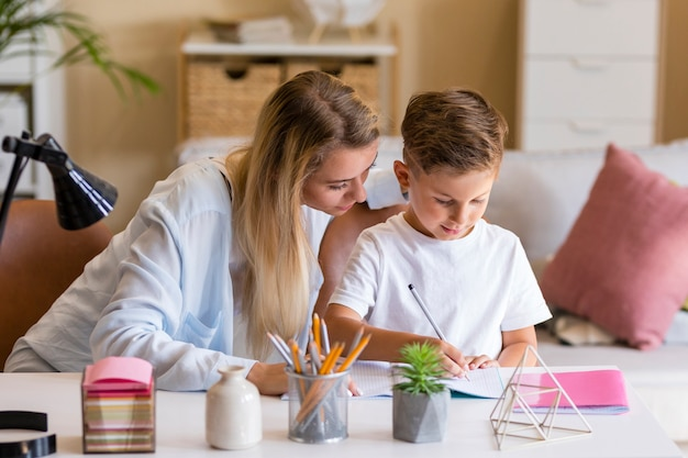 Pai com criança falando sério sobre lição de casa