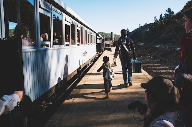 Pai com criança na estação