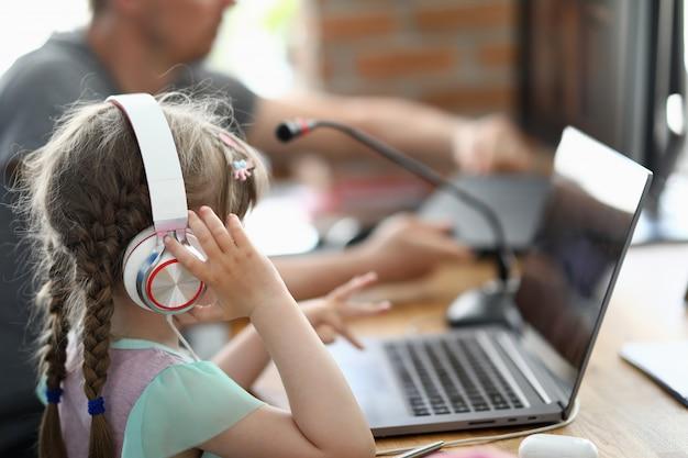 Pai com filha compõem uma música no estúdio de música em casa