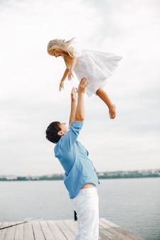 Pai, com, filha pequena