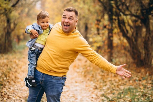 Pai, com, filho, em, outono, parque