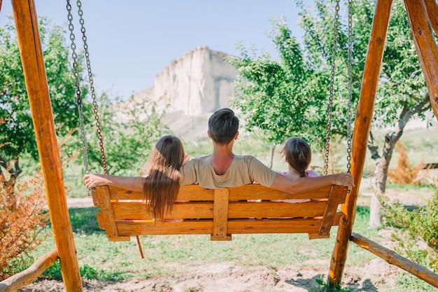 Pai com filhos, aproveitando as férias de verão. família relaxa com bela vista