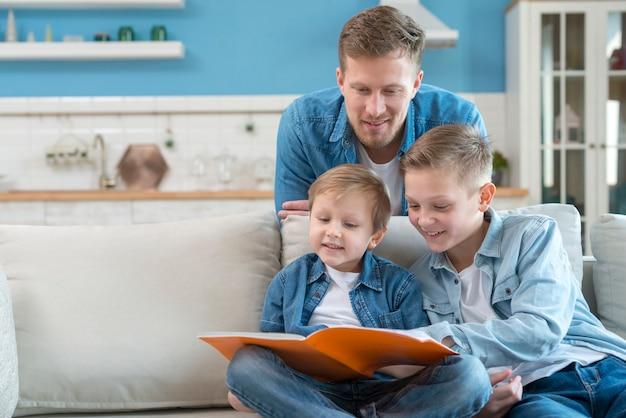 Pai com irmãos ficar dentro de casa