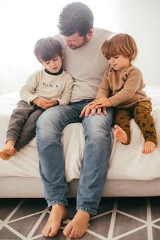 Pai com meninos em casa