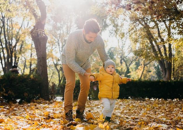 Pai com seu bebê lá fora