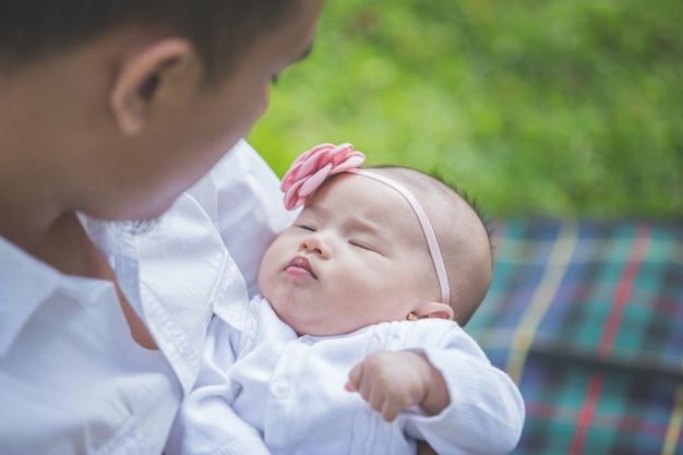 Pai com seu bebê recém-nascido no parque.