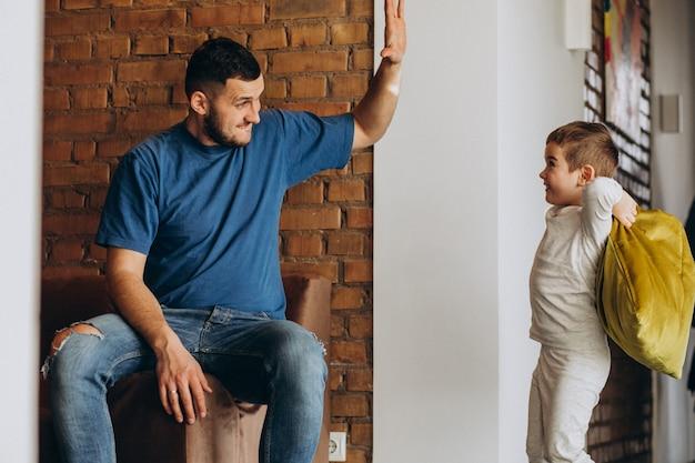 Pai com seu filho em casa juntos
