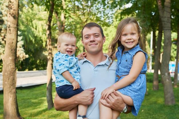Pai com sua filha e filho em um parque