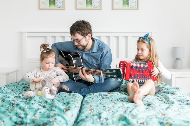 Pai comemorando o dia dos pais com suas filhas