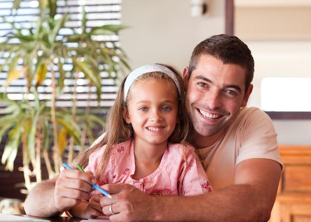 Pai confiante ajudando a filha a fazer a lição de casa