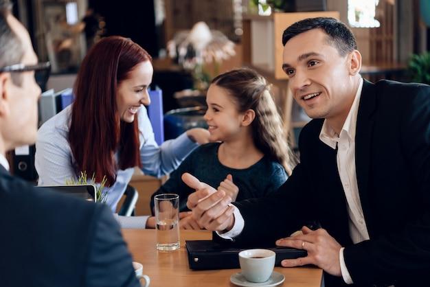 Pai confiante com a família no escritório do advogado da família