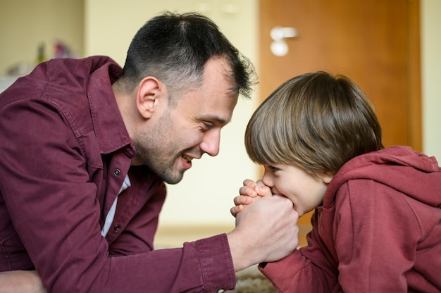 Pai cortante da criança do tiro médio