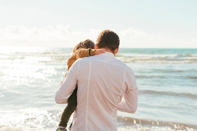 Pai criança, olhar, mar, ondas