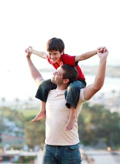 Pai dando a seu filho um pouco