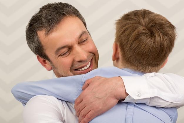 Pai dando abraços ao querido filho