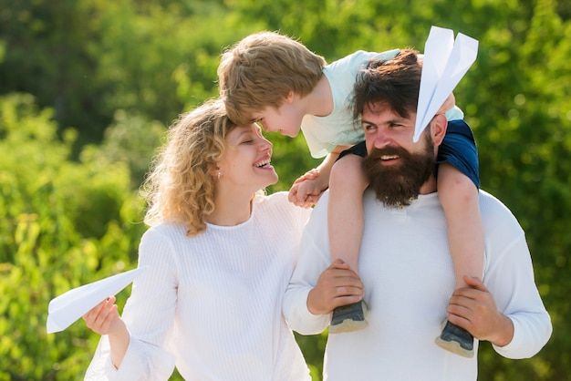 Pai dando carona ao filho no parque