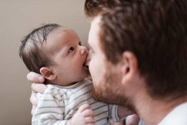 Pai de close-up, brincando com seu filho