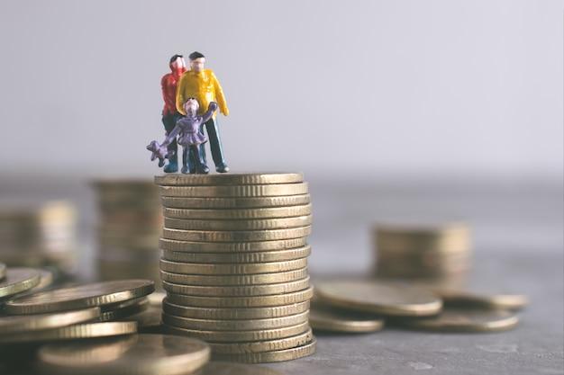 Pai de mamãe em miniatura e crianças em pé em cima do dinheiro economizar dinheiro conceito