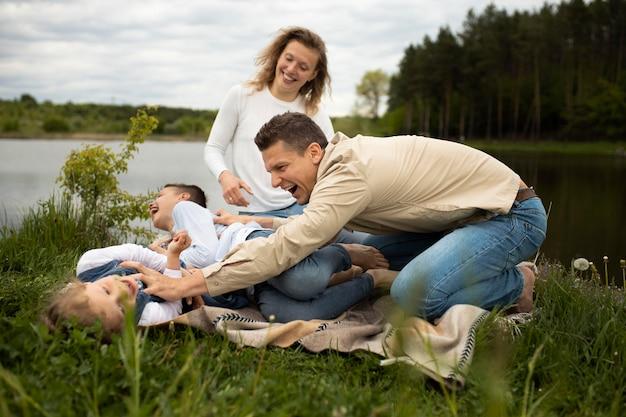 Pai de tiro completo brincando com crianças