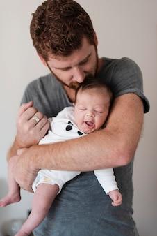 Pai de tiro médio com seu bebê