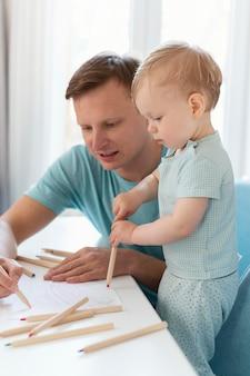 Pai de tiro médio desenhando com criança