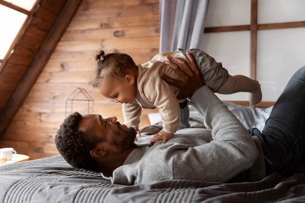 Pai de tiro médio segurando bebê