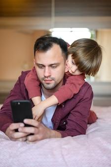 Pai de tiro médio, segurando o telefone