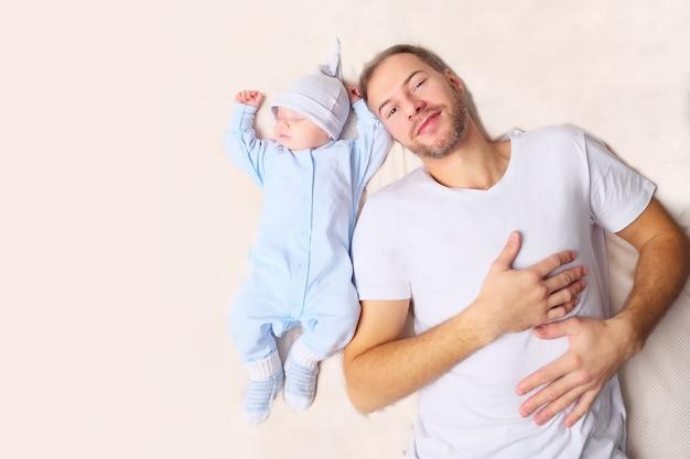 Pai deitado perto do bebê dormindo
