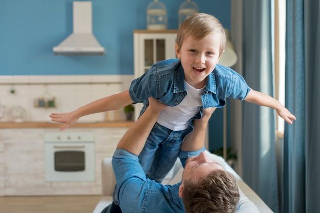 Pai do dia dos pais segurando o filho