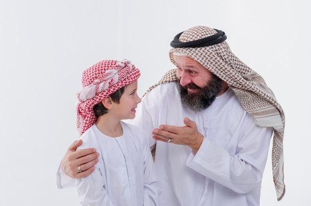 Pai do oriente médio ensinando seu filho