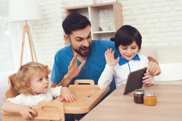 Pai dos meninos está envolvido em criar filhos.
