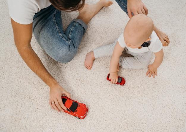 Pai e bebê brincando juntos