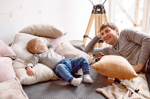 Pai e bebê deitado na cama