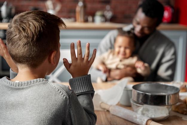 Pai e bebê embaçados de tiro médio na mesa