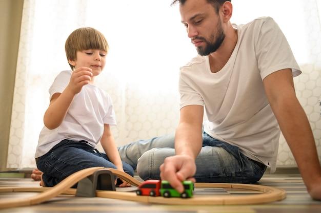 Pai e brinquedos brincando juntos